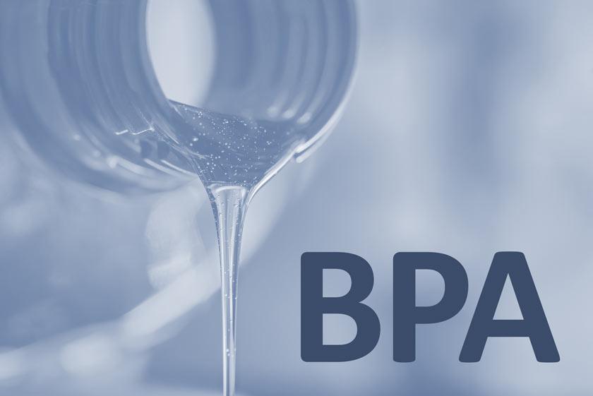 Aus Plastik-Trinkflasche läuft Wasser mit Schriftzug BP